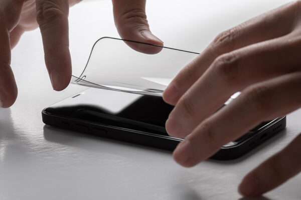 Moshi AirFoil Pro – Elastyczne szkło hybrydowe iPhone 12 / iPhone 12 Pro (czarna ramka)